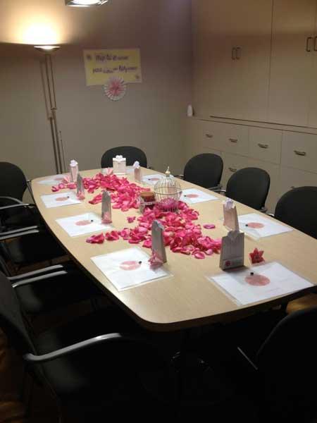 Mesa preparada para reunión de mujeres